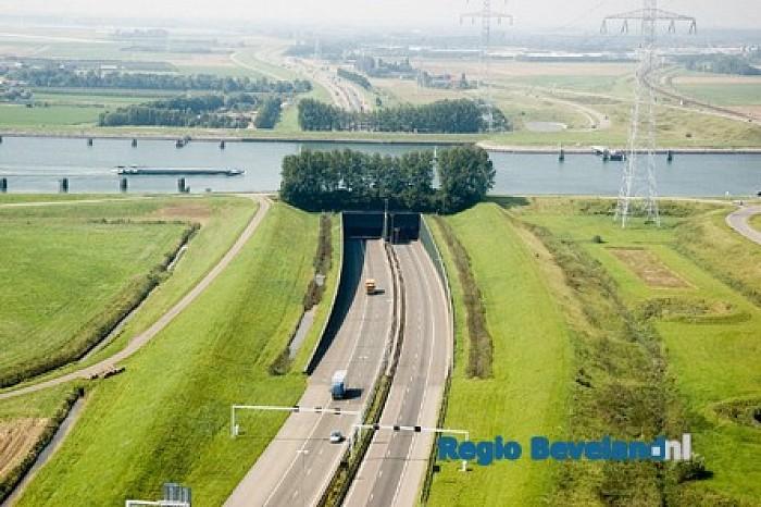 Vlaketunnel afgesloten na omslaan caravan te Schore - Foto: Rijkswaterstaat
