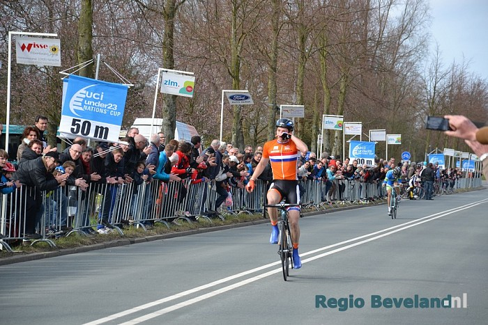 Yoeri Havik solo over de finish van de ZLM Tour te Goes - Foto: Victor Beekman