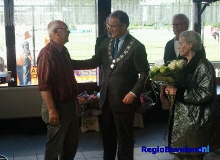 Inwoner Kruiningen onderscheiden door Ahmed Aboutaleb - Foto: Gemeente Reimerswaal