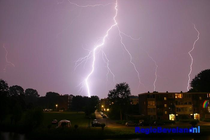 Gat in dak na inslaan van bliksem in woning te Krabbendijke - Foto: Extern