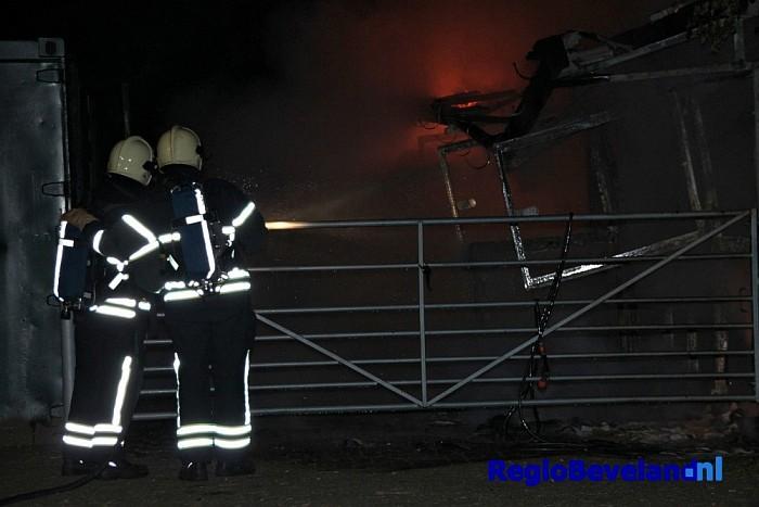 Drietal boxen van paardenstal volledig uitgebrand te Nisse - Foto: Marcel Kloet