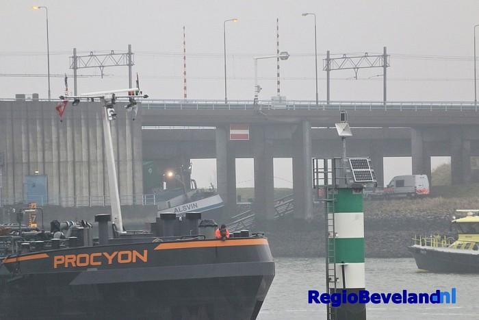 Binnenvaartschip vast onder spoorbrug te Hansweert - Foto: Marcel Kloet