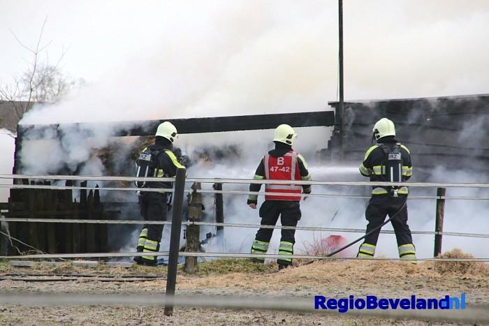 Schuur met stro in brand aan Donkerewegje te Kapelle - Foto: Marcel Kloet