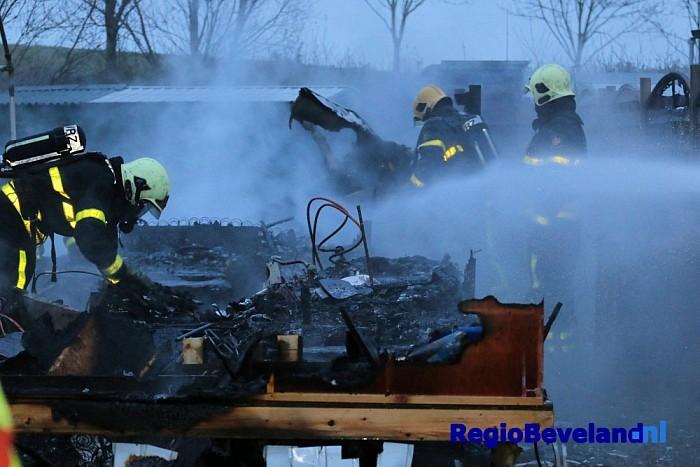 Caravan volledig uitgebrand op camping Wemeldinge - Foto: Marcel Kloet