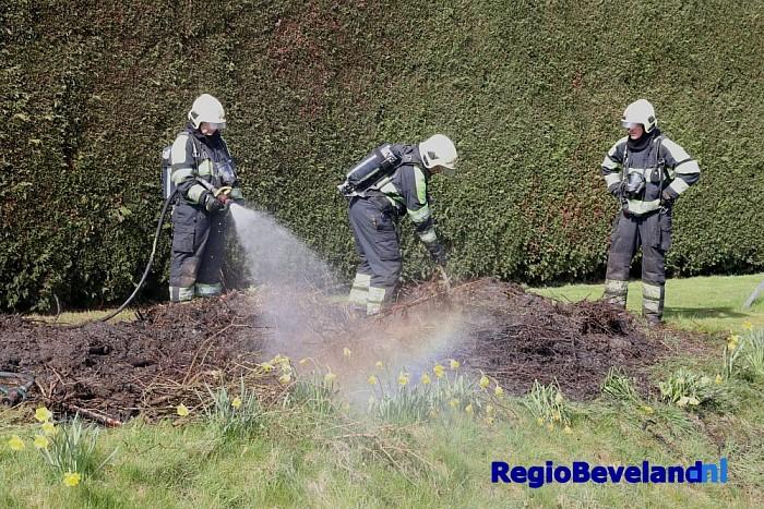 Brandweer rukt uit voor buitenbrand op Monnikendijk - Foto: Marcel Kloet