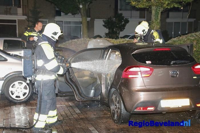 Politie onderzoekt autobrand aan Langegracht Kapelle - Foto: Marcel Kloet