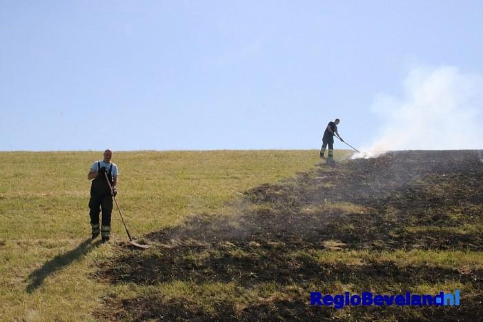 Brandweer rukt uit voor buitenbrand Schoorse Zeedijk - Foto: Marcel Kloet