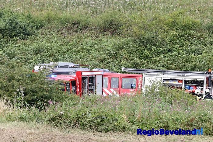 Tractor volledig in brand aan Kanaalweg te Hansweert - Foto: Marcel Kloet