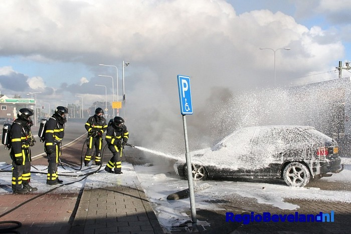 Auto total loss na brand in Van de Spiegelstraat Goes - Foto: Marcel Kloet