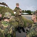 Militairen oefenen kaartlezen binnen de gemeente Kapelle