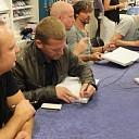 Bandleden Racoon signeren 'Alles voor het liedje' te Goes